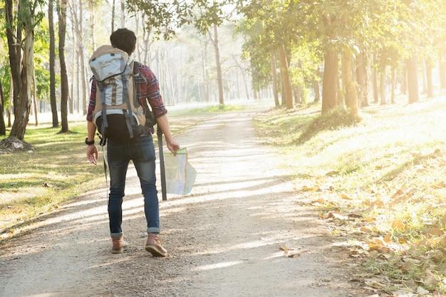 Путешественник с рюкзаком, расслабляющий на открытом воздухе.