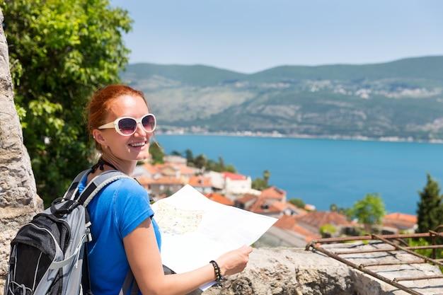 Путешественник с картой в европе читает карту