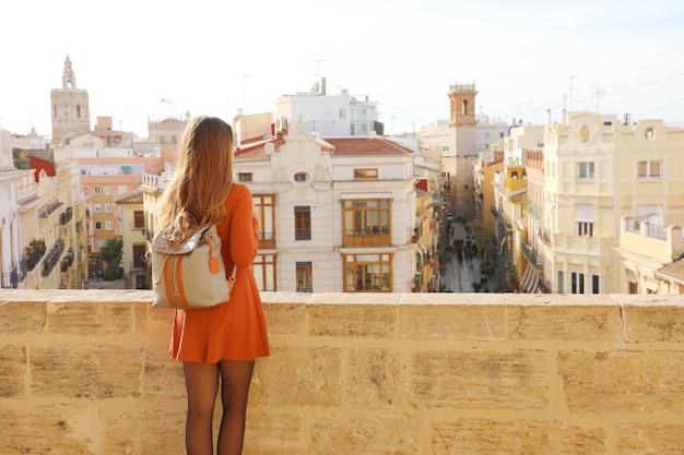スペイン、バレンシアの街並みを楽しむ旅行者女性