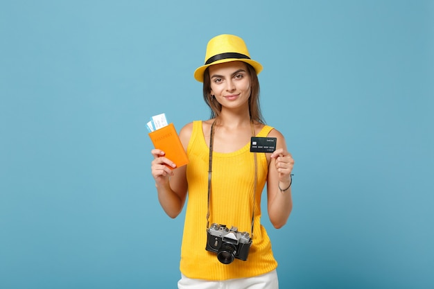파란색에 티켓 신용 카드 카메라를 들고 노란색 옷 모자에 여행자 여자