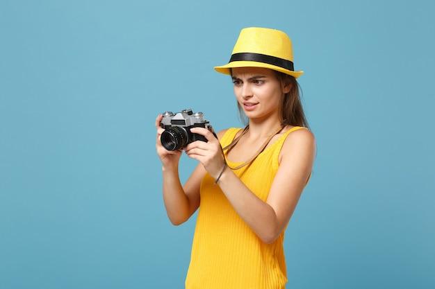 노란색 여름 캐주얼 옷과 파란색에 사진 카메라와 모자에 여행자 여자