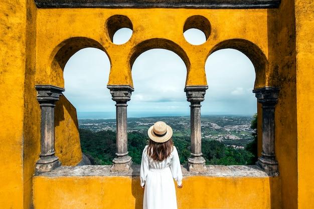 ポルトガルのシントラリスボンのペーナ宮殿を訪れる旅行者の女性