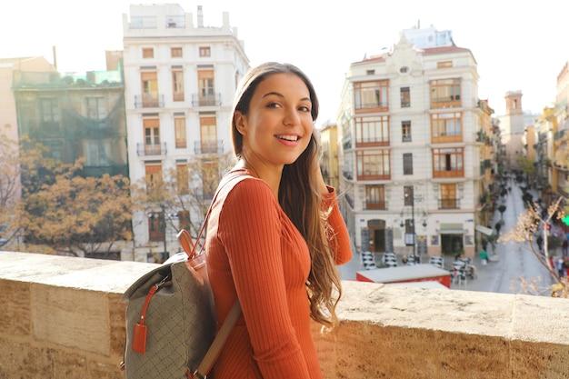 旅行者の女性がスペインのバレンシアの街を訪問