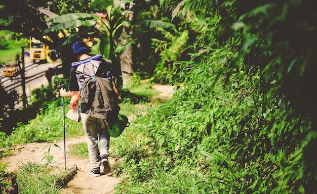 バックパックをハイキングする旅行者と友人 ジャーニー トラベル ライフ スタイル トレッキング コンセプト