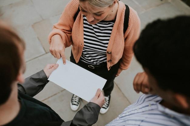 Путешественники читают пустой документ