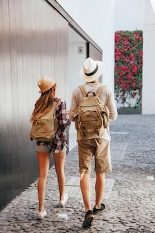 Путешественники, идущие по улице