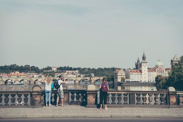 Legion bridge mostlegiでプラハの写真を撮るバックパックを持った旅行者