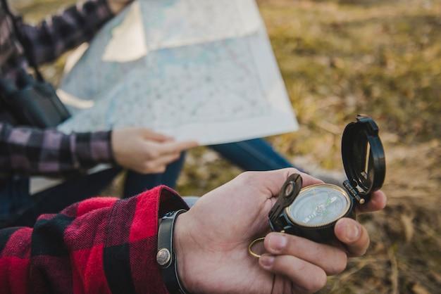 Viaggiatori con bussola e mappa