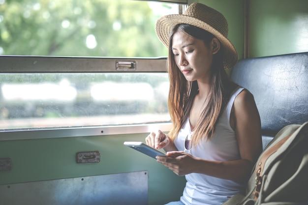 旅行者、若い、女の子、見る、バックパック、列車、駅、観光日