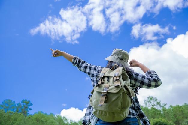旅行者、若い女性、素晴らしい山と森、放浪癖のある旅行のアイデア、