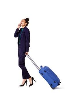 バッグ、電話で歩く旅行のビジネス女性