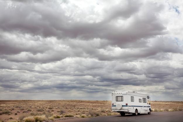 アメリカ、ユタ州、アメリカの大草原のキャンピングカーで旅行