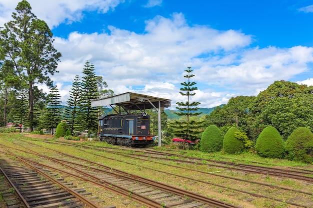 Путешествие поездом. локомотив припаркован возле вокзала.