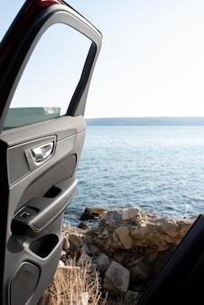 車のドアと旅行の概念