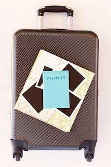 Traveling elements arrangement on luggage