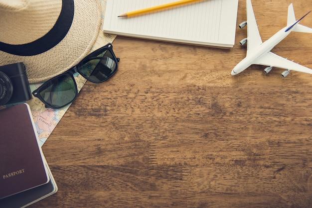 Гаджеты для путешествий на фоне дерева стол, дизайн вид сверху границы с копией пространства