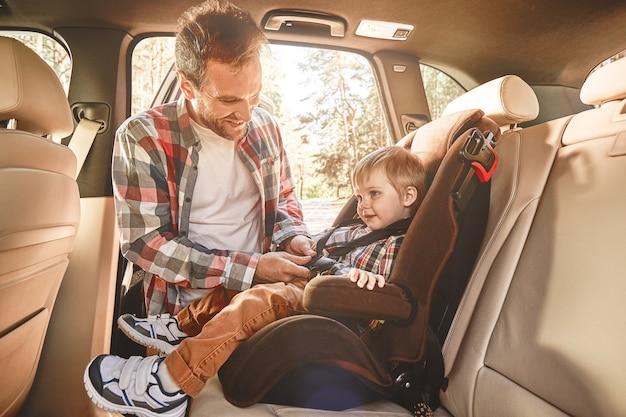 Путешествие в компании тех, кого мы любим, - это дом в движении, отец, пристегивающий его