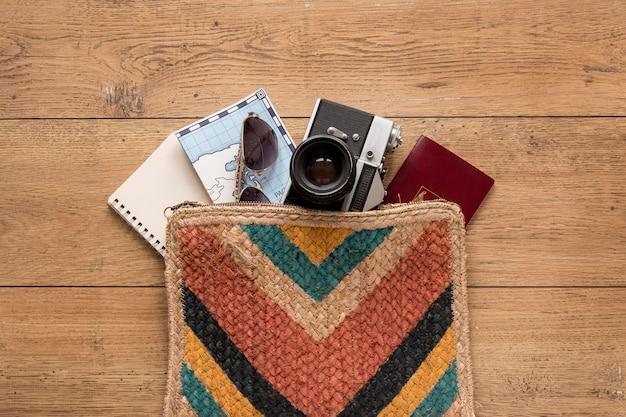 Articoli da viaggio su sfondo di legno piatto laici