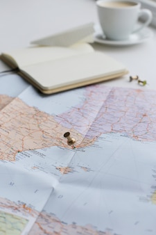 旅行マップ、日記、コーヒーカップ