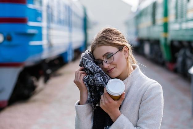 旅行のヒント。観光休暇の旅。居心地の良い快適な服。便利なアクセサリースカーフ。駅の女性