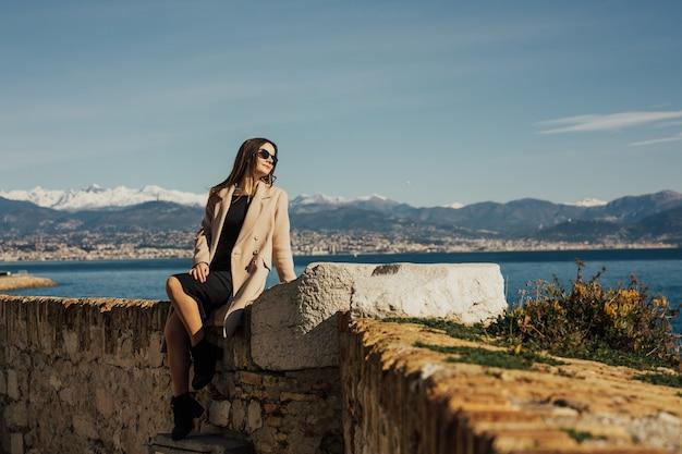 フランス、アンティーブで休暇中の旅行観光客の女性。