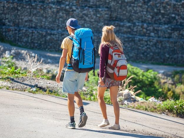 Путешествующие туристы с рюкзаками в местии, сванетии, грузии. путешествовать.