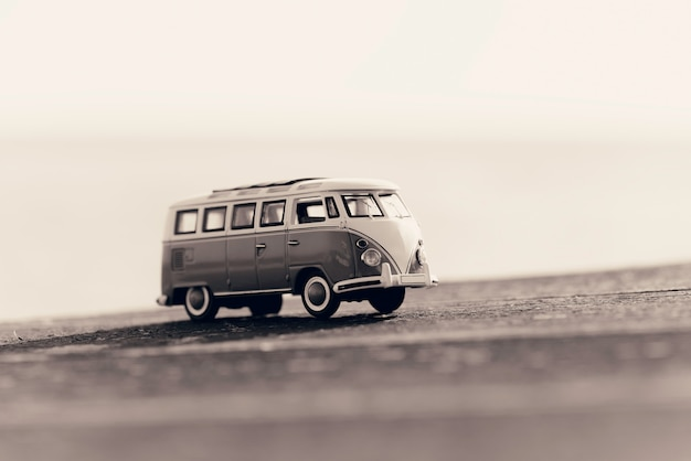 ヴィンテージのキャンピングカーを旅行します。マクロ写真。セピア調の画像。