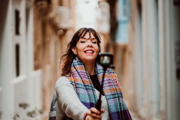 그녀의 여행을 방송하기 위해 작은 카메라를 들고 여행