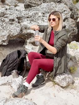 旅行女性は水を飲む