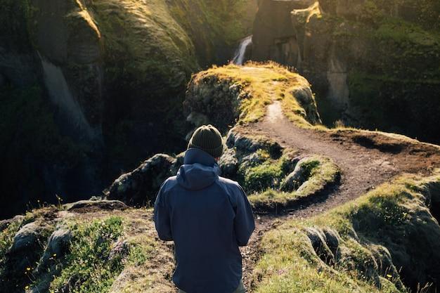 Путешественник исследует суровые ландшафты исландии