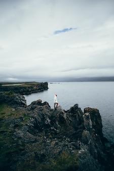여행자는 아이슬란드의 거친 풍경을 탐험합니다