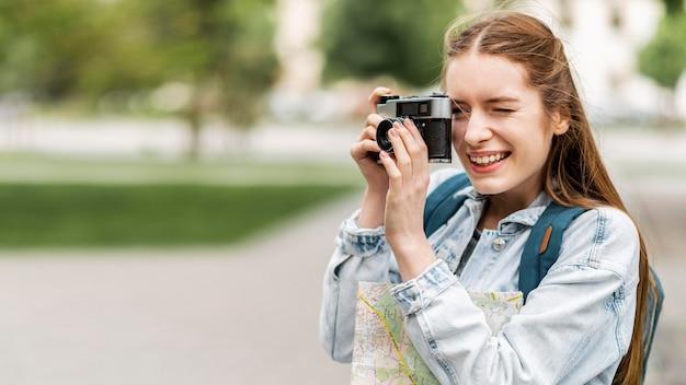 写真のコピースペースを取る旅行者