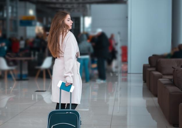空港のホールを歩く旅行者。
