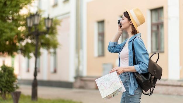 休日に写真を撮る帽子の旅人