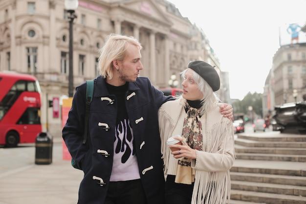 Atumnの雰囲気を持つロンドン市の旅行者