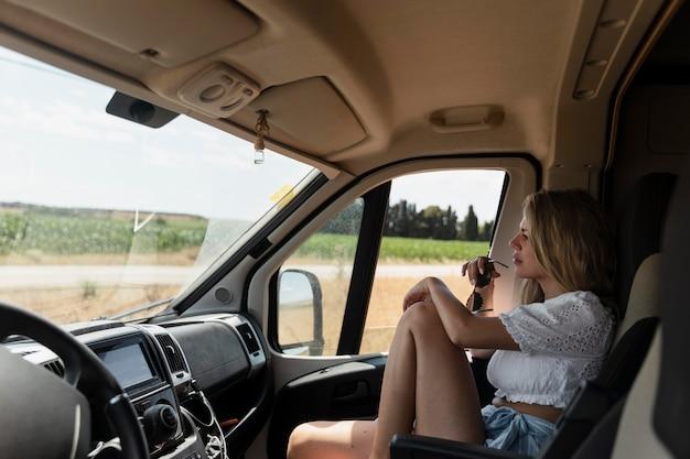 Viaggiare in macchina in campagna