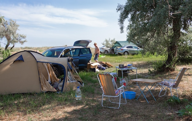 자동차로 여행. 자연 속에서 가족 여름 휴가. 숲이나 바다에서 캠핑.