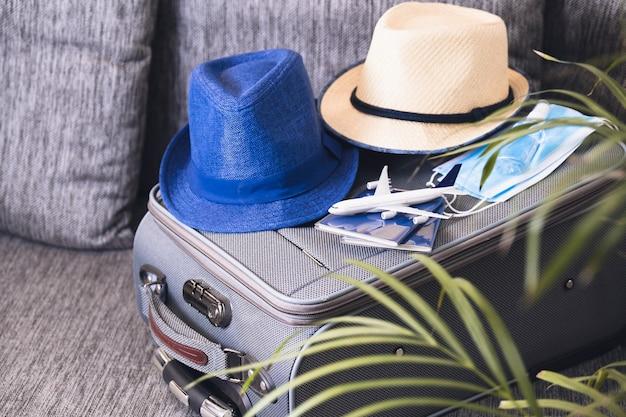 Путешествие во время эпидемии коронавируса. паспорта и защитные маски для лица с дезинфицирующим средством для рук. коронавирус и концепция путешествий.
