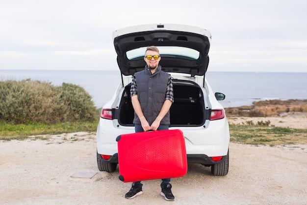 여행, 휴일 및 사람들 개념입니다. 선글라스 서 있는 행복한 남자