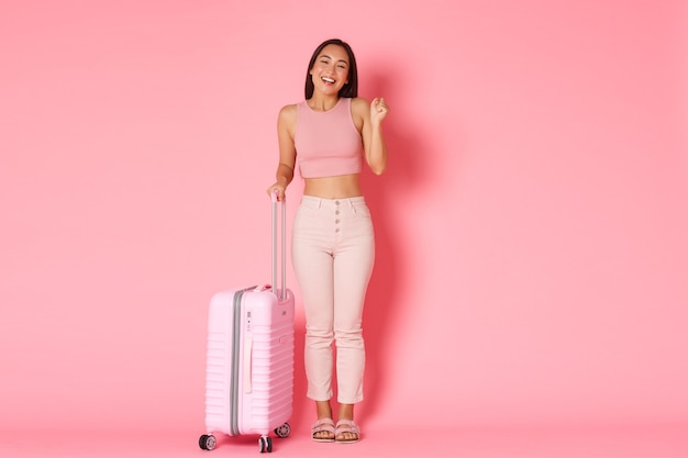 여행, 휴일 및 휴가 개념. 마침내 해외로가는 밝은 미소 아시아 소녀의 전체 길이
