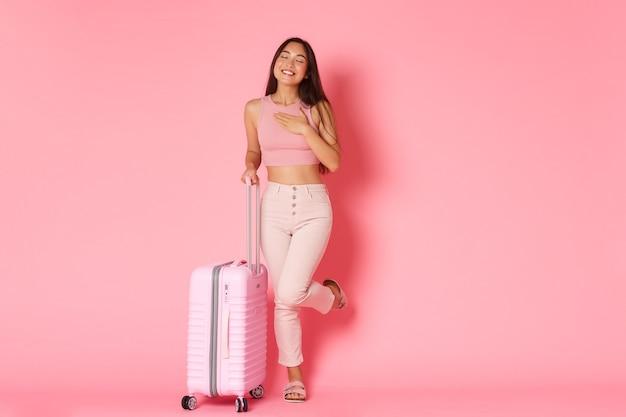 여행, 휴일 및 휴가 개념. 미래의 여행을 꿈꾸는 꿈꾸는 어리석은 아시아 소녀의 전체 길이