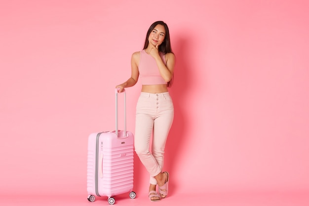 여행, 휴일 및 휴가 개념. 여름 옷에 사려 깊은 매력적인 아시아 여자의 전체 길이
