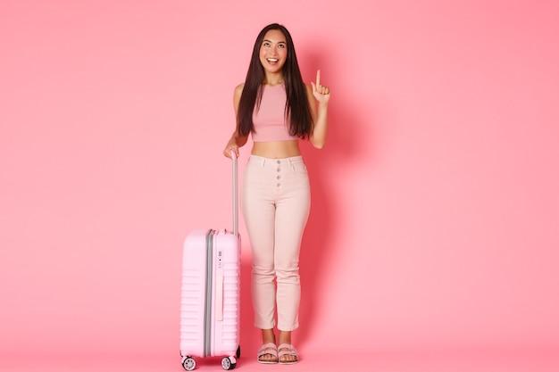 Путешествие, отпуск и концепция отпуска в полном объеме кокетливой мечтательной азиатской девушки-туриста, наслаждающейся ...