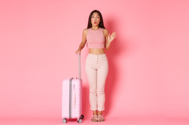 Viaggi, vacanze e concetto di vacanza. ragazza asiatica sciocca e carina in abiti estivi incontrando amiche in aeroporto