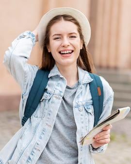 街の旅かわいい女の子の肖像画
