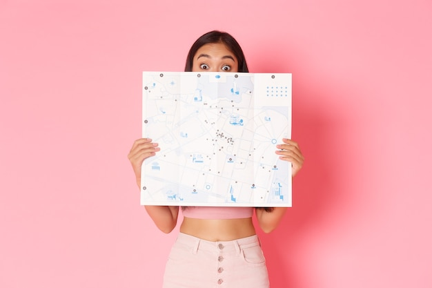キュートで興奮したアジアの女の子の旅行ライフスタイルと観光コンセプトの肖像画は、新しい国を探索します...
