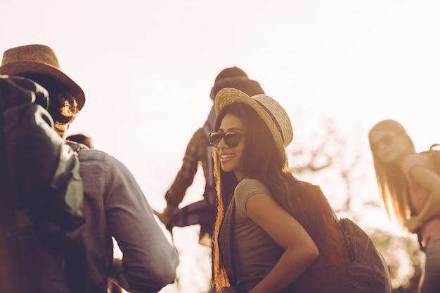 친구와 여행. 배낭을 메고 함께 걷고 행복해 보이는 젊은이들