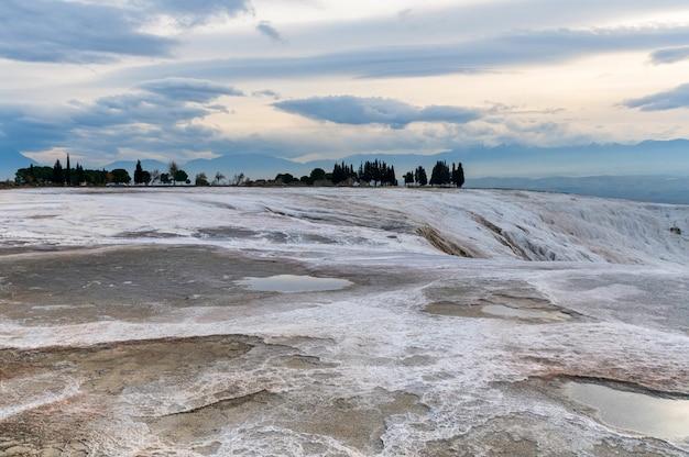 トラバーチンプールまたはテラスパムッカレ、トルコ。ユネスコの世界遺産に登録されている白い岩。