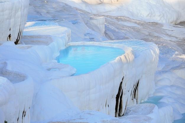 Травертиновые террасы с чистой голубой водой в памуккале