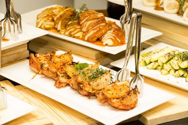 サラダビュッフェ用の盛り合わせ食品のトレイ